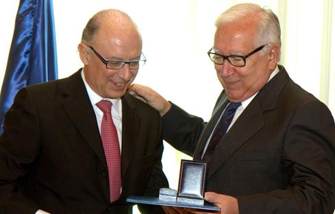 """Montoro entrega la """"Distinción por Méritos"""" a los miembros de la Comisión Lagares"""