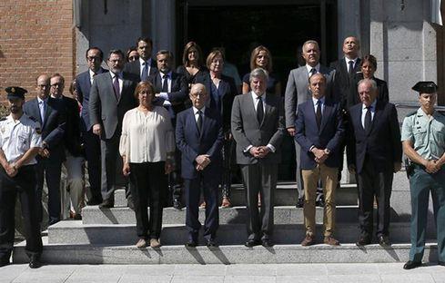 Cristobal Montoro durante el minuto de silencio que se ha guardado en la Moncloa por los atentados de Barcelona y Cambrils